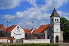 Kaunas, Litu?nia 6 de junho - 2016 Faculdade humanit?ria de Kaunas em Kaunas Vilnius sundial imagem de stock