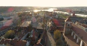 KAUNAS, LITUANIA - 20 DE ABRIL DE 2017: AÉREO El abejón tiró ayuntamiento en el cuadrado de ayuntamiento en Kaunas, Lituania el 2 almacen de video