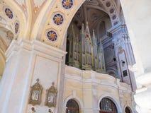 Kaunas, Lituania - 12 de mayo de 2017: órgano musical dentro de la basílica de la catedral de San Pedro y de Paul en Kaunas fotografía de archivo libre de regalías