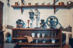 Kaunas, Lituania - 12 de mayo de 2017: equipo del boticario en el museo de la medicina foto de archivo