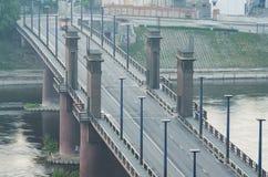 Kaunas, Lituania. Ponte di Vytautas il Grande (Aleksotas) nella nebbia fotografie stock libere da diritti