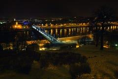 Kaunas nattsikt, Aleksotas bro, Litauen Royaltyfri Fotografi
