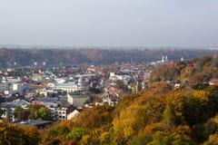 Kaunas stad till bankerna av flodhöstträden Arkivbilder