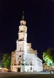 Kaunas stadshus på natten Arkivbild