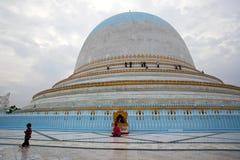 Kaunghmudaw Stupa在曼德勒,缅甸 图库摄影
