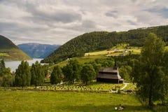 Kaupanger klepki kościół z cmentarza cmentarzem, Norwegia zdjęcia royalty free