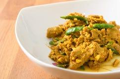 Kaur Gling mu - rör stekt griskött med varm gul currydeg Arkivfoton