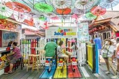Kauw Pier die één van de Unesco-Plaats van de Werelderfenis in Penang is De mensen kunnen gezien wachtend hun dranken en onderzoe stock afbeelding