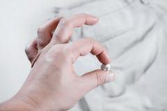 Kauwgom aan jeans, verwijdering wordt geplakt van kauwgom van broek die stock foto