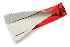Kauwgomplaat in rode folie op wit Stock Foto