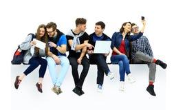 Kauzalny grupy ludzi obsiadanie na podłoga obrazy stock