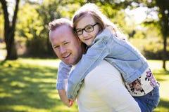 Kauzalny ojciec i córka w parku fotografia royalty free