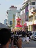Kavadi skådespelartrupp på den Ipoh Gammal-staden royaltyfri foto