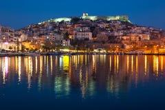 Kavala-Stadt nachts lizenzfreie stockfotos