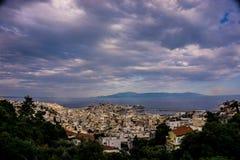 Kavala-Stadtpanorama mit bewölktem Himmel lizenzfreies stockbild