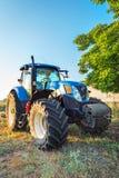 Kavarna, Bulgaria - 10 de julio de 2015: Nueva Holanda T7 Tractor 250 Imagen de archivo