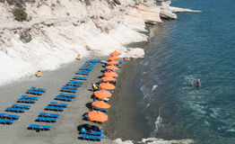 Kavernos海湾海滩的游泳者 利马索尔,塞浦路斯 免版税库存照片