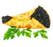 Kaviaar-gevulde pannekoek met greens Stock Foto's