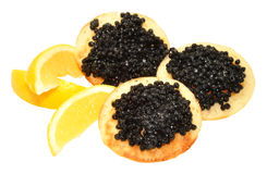 Kaviar auf Blini-Pfannkuchen Stockfotos