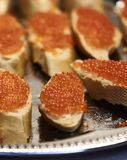 Kaviar auf Brot Stockfotos