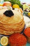 Kaviar auf Pfannkuchen Lizenzfreie Stockfotos