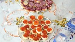 Kaviar Canape ` auf Luxustabelle Rote Kaviar- und Fischerdbeeren auf Tabelle hochzeit stock video