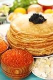 Kaviar in den hölzernen Platten Stockbilder