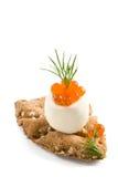 Kaviar, Ei und knusperiges Brot Stockfoto