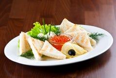 Kaviar mit Toast Stockfotos