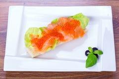 Kaviar och rökt laxsmörgås Arkivbild