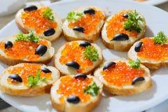 Kaviar und Olive auf Brot Lizenzfreies Stockbild