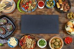 Kaviar und Tischdecke mit Pfannkuchen Verschiedene Snäcke des Grills und des Grills auf einem Holztisch Landhausstil lizenzfreie stockfotos