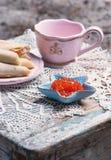 Kupa, kaviaren i den små sjöstjärnan formad bunke och pannkakor med laxen royaltyfria foton