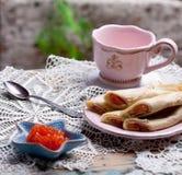 Kaviaren i liten sjöstjärna formade bunken och pannkakor med laxen fotografering för bildbyråer