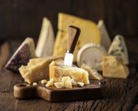 Kawałek Parmezański ser na drewnianej desce Asortyment różni sery przy tłem zdjęcia stock