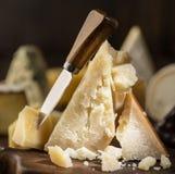 Kawałek Parmezański ser na drewnianej desce Asortyment różni sery przy tłem obraz royalty free