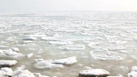 Kawały lód unoszą się i topią w jako tło wiosna krajobraz jeziorze lub rzece zbiory