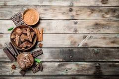 Kawały zdruzgotana czekolada z czekoladowym pasty i ziemi kakao obrazy stock