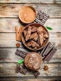 Kawały zdruzgotana czekolada z czekoladowym pasty i ziemi kakao obrazy royalty free