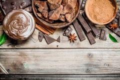 Kawały zdruzgotana czekolada z czekoladowym pasty i ziemi kakao fotografia royalty free