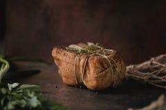 Kawał solona uwędzona okrasa w gazie z arkaną Tradycyjny rosjanina i kniaź posiłek Zdrowy jedzenie z pikantność, ziele Zdjęcia Stock
