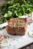 Kawał solona uwędzona okrasa w gazie z arkaną Tradycyjny rosjanina i kniaź posiłek Zdrowy jedzenie z pikantność, ziele Fotografia Stock
