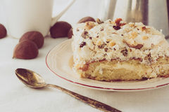 Kawałek śmietanka tort na bielu talerzu Zdjęcie Royalty Free