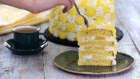 Kawałek ananasa tort w zieleń talerzu na drewnianym stole zbiory