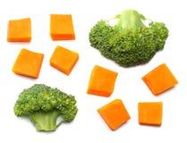 kawałek bania z brokułami odizolowywającymi na białego tła odgórnym widoku obraz royalty free