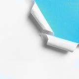 Kawałek biały papier z poszarpaną dziury krawędzią fotografia stock