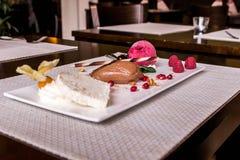 Kawałek brown mousse au czekoladowy słodki deser i dekoracja na białym półkowym tle fotografia stock