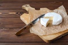 Kawałek Camembert z nożem Zdjęcia Royalty Free