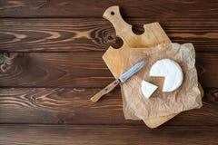 Kawałek Camembert z nożem fotografia royalty free