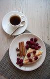 Kawałek chałupa sera kisch z malinkami Zdjęcie Stock